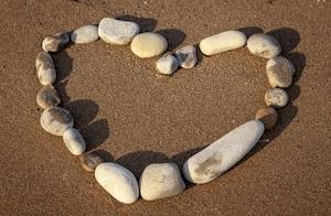 Hartje van steentjes in het zand.