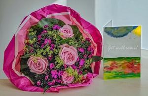 Beterschapkaart en een bos bloemen voor iemand die ziek of herstellende is.